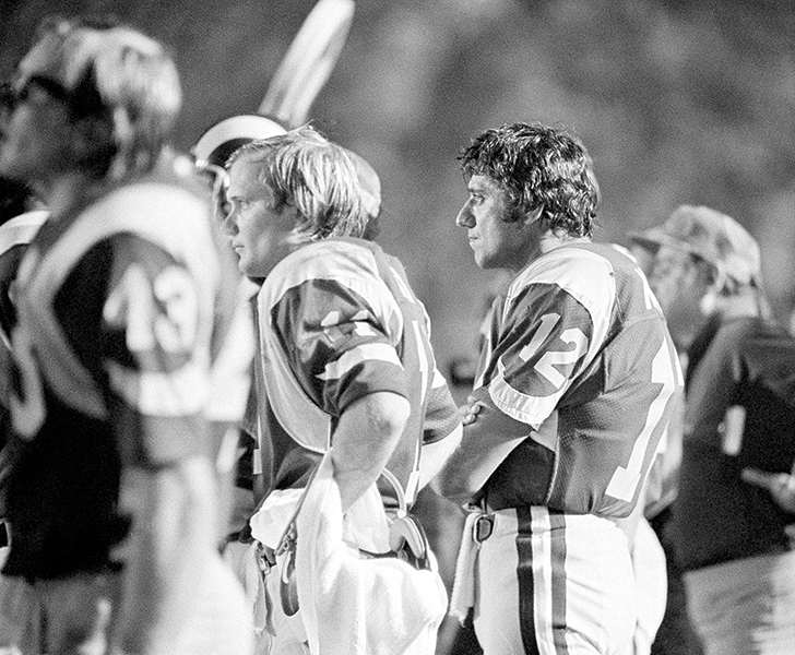 an injured Joe Namath (second from right) watches from the side- line in 1977