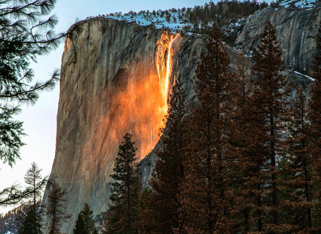 Insolite (et autres bizarreries sans importance) - Page 38 Yosemite-firefall-1068x779